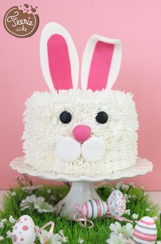 To the rescue of your extra chocolate Easter: cake Kit Kat easy! - Five Forks Bunny Birthday Cake, Easter Bunny Cake, First Birthday Cakes, Easter Party, Easter Treats, Easter Food, Desserts Ostern, Decoration Patisserie, Rabbit Cake