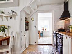 Keltainen talo rannalla: Valkoista, rustiikkista ja vintagea