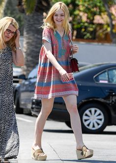 Elle Fanning shows off summer style in a poncho-like dress - - Elle Fanning, appeared unfazed by her career success while visiting a Starbucks in West Hollywood on Tuesday. Ellie Fanning, Dakota And Elle Fanning, Fanning Sisters, Women's Capes & Ponchos, Poncho Dress, Ladies Poncho, Casual Outfits, Fashion Outfits, Capes For Women