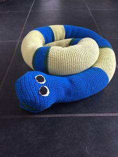 Hæklet slange. Opskrift fundet hos retvrang.dk  Link: http://retvrang.dk/haeklet-slange-af-garnrester.html
