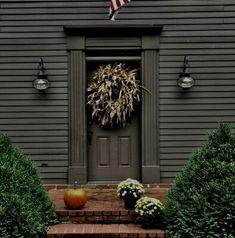 primitive home decor Front Door Paint Colors, Painted Front Doors, Exterior Paint Colors, Exterior House Colors, Colonial Front Door, Primitive Homes, Primitive Decor, Country Primitive, Colonial House Exteriors