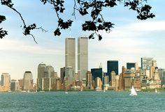 4 de Abril, en Nueva York se inauguran las Torres Gemelas hasta entonces las mas altas de Estados Unidos.  El World Trade Center original (WTC, en español Centro de Comercio Mundial) fue un complejo ubicado en Lower Manhattan, en Nueva York (Estados Unidos), donde se situaban las Torres Gemelas, destruidas el 11 de septiembre de 2001 a causa de un atentado terrorista.  Entre 1972 y 1973, las Torres Gemelas fueron los edificios más altos del mundo con 110 plantas cada una.
