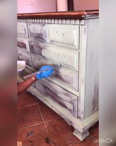 How to add texture to furniture Retro Furniture Makeover, Funky Furniture, Repurposed Furniture, Rustic Furniture, Teal Painted Furniture, Chalk Paint Furniture, Furniture Painting Techniques, Furniture Restoration, Diy Bedroom Decor
