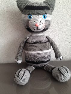 Gratis haakpatroon kat - Haak je mee – Gestreepte grijze kat Deze kat is gehaakt met stylecraft dk garen. Hieronder vind je het patroon. Je kan zelf natuurlijk voor andere kleuren en ander garen kiezen. Veel plezier met het 'gratis haakpatroon kat'! Benodigdheden: stylecraft dk, 1 bol van ieder: silver (nr 1203) grey (1099) charcoal (1128) black (1002) graphite (1063) 2 veiligheidsogen kat...