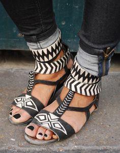 Holy crap, I have to have these. sandales à motifs noirs et blancs