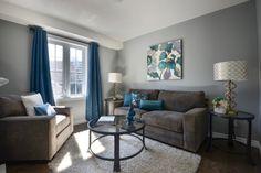 farbideen wohnzimmer wände grau streichen braune möbel blaue akzente