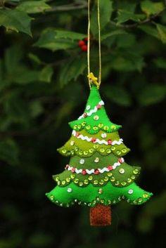 Felt and sequined Christmas tree ornament 80 Ideas de enfeites de natal com feltro