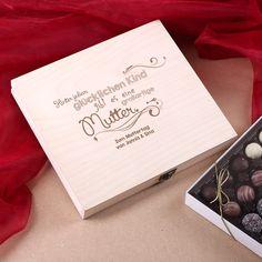 Eine wunderschöne und persönliche Geschenkidee zum Muttertag ist diese personalisierte Geschenkbox mit himmlischen Pralinen! Die Pralinenbox zum Muttertag mit persönlichem Gruß wird auf der Vorderseite mit einem Spruch bedruckt. Der Text lautet: Hinter jedem glücklichen Kind gibt es eine großartige Mutter.