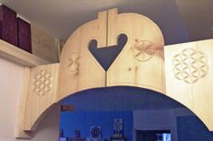 Carved entry portal in the shape of horse heads, with an inverted heart-shaped space (Made and carved by Dave Melnychuk)