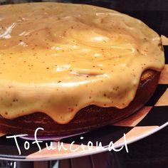 Bolo de banana com cobertura de manteiga de amendoim