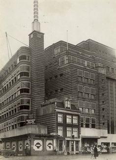 Gierstraat 3, de drogisterij van A.J. van der Pigge alsmede de bouw van Vroom en Dreesmann. jaren 30