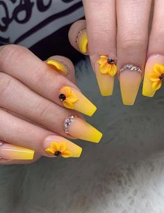 23 Great Yellow Nail Art Designs 2019 23 große gelbe Nail Art Designs 2019 The post 23 große gelbe Nail Art Designs 2019 & Little Yellow Cab Nails appeared first on Mustard yellow . Yellow Nails Design, Yellow Nail Art, Yellow Toe Nails, Ongles Or Rose, Rose Gold Nails, Glitter Nails, Fun Nails, Summer Acrylic Nails, Best Acrylic Nails