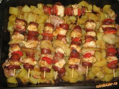 Oloupané brambory na kostičky dáme do vymaštěného plechu (lepší je keramická miska, brambory se lépe...