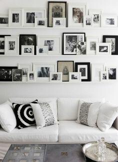 Fotowand Ideen Bilderleisten Wand dekorieren Wohnzimmer Fotos schwarz weiß