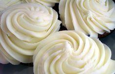 """Já que ontem vimos como decorar um bolo com rosas e falamos do buttercream de chocolate branco, vejamos hoje a receita do buttercream básico, também chamado """"de baunilha"""". O buttercream pode ser usado tanto para cobertura como para recheio, e podemos adicionar-lhe diferentes cores e"""