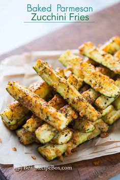 Crispy baked zucchini fries made with Japanese panko bread crumbs and Parmesan cheese. Serve the zucchini fries with ranch dressing as a healthy and delicious snack Zucchini Ravioli, Zucchini Pommes, Bake Zucchini, Recipe Zucchini, Cheese Ravioli, Zucchini Boats, Low Carb Zucchini Fries, Parmesan Zucchini Fries, Recipes With Parmesan Cheese