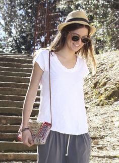 Camiseta básica blanca con acabados de seda. Un básico para tu fondo de armario! www.miandco.es