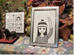 ピースサインガールみこ 《the peace sign girl, Miko》 2015 12×8cm