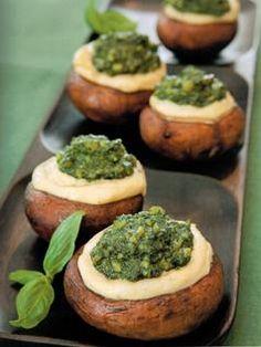 Champignons farcis au fromage de pignons, pesto aux épinards, p. 94 - Recette tirée du livre DÉLICIEUSEMENT CRU. #cru #crusine #recette #nutrition