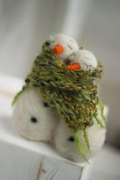 FeltArtByMariana - Needle felted Snowmen huddled in a large green scarf.