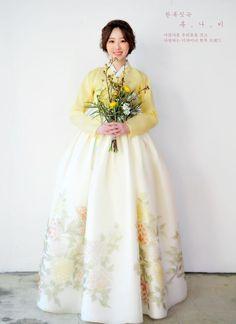 Korean Fashion On The Streets Of Paris Korean Blouse, Korean Dress, Korean Outfits, Korean Traditional Dress, Traditional Fashion, Traditional Dresses, Hanbok Wedding, Modern Hanbok, Culture Clothing