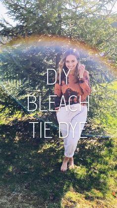 tye dye shirts with bleach Fête Tie Dye, Diy Tie Dye Bleach, Jeans Tie & Dye, Bleach Shirt Diy, Tie Dye Party, Diy Tie Dye Shirts, How To Tie Dye, Tie And Dye, Diy Bleached Shirt