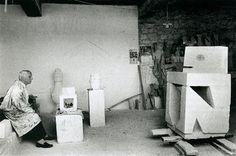 "Max Ernst in zijn atelier, 1965. (uit: ""Max Ernst: sculptures, maisons, paysages"", Werner Spies, Dumont/Centre Georges Pompidou, Paris, 1998"