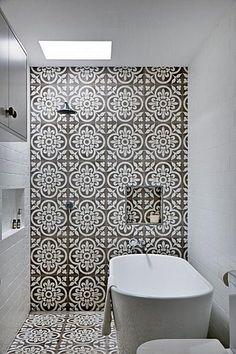 banheiro, ladrilho hidráulico, cinza, branco, tijolinhos, banheira