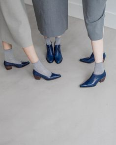 These are fascinating ways for women to wear ever-changing socks that will set your aesthetic style apart from others. Sock Shoes, Cute Shoes, Me Too Shoes, Shoe Boots, Women's Shoes, Blue Photography, Fashion Photography, Vogue, Fashion Shoes