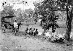 Kampongweg met een verkoopster van rijst en sado te Surabaja Java circa 1915 (COLLECTIE TROPENMUSEUM)