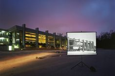 Sungseok AHN est un artiste multimédia sud-coréen. Avec ce magnifique projet baptisé « Historic Present », l'artiste nous pose la question de la mémoire des lieux et des bâtiments qui traversent les époques, se nourrissant de symboles.  L'idée première est simple, Sungseok projette sur un écran des clichés passés des monuments emblématiques de Séoul et les met en confrontation avec leur image actuelle.