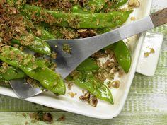 Überbackene Schnittbohnen mit Chili-Bröseln und Haselnüssen | Kalorien: 260 Kcal - Zeit: 25 Min. | http://eatsmarter.de/rezepte/ueberbackene-schnittbohnen