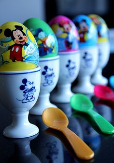 Mickey Mouse Easter Surprise Eggs. Instead of candy, you can put something healthy inside! www.tapasmargarita.nl