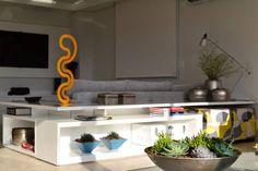 Apartamento para um jovem casal em tons de cinza: Sala de estar translation missing: br.style.sala-de-estar.minimalista por Helô Marques Associados