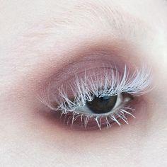 nude beige smoky eye makeup and white eyelashes, edgy makeup, editorial eye makeup, Makeup Goals, Makeup Inspo, Makeup Art, Makeup Inspiration, Beauty Makeup, Hair Makeup, Alien Makeup, Goth Beauty, Mua Makeup