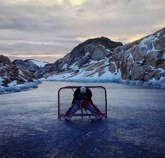 Je joue a gardien en hockey. Hockey Baby, Hockey Goalie, Hockey Games, Hockey Players, Ice Hockey Rink, Hockey Pictures, Cool Pictures, Outdoor Rink, Hockey Boards