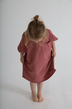 The Gray Label pinafore dress is back for another season, now in new seasonal colour Blue Grey. Adjustable straps and elasticated back, made from the softest organic cotton. Oversized T Shirt Dress, Oversized Tee, Tee Dress, Jumpsuit Dress, Kids Fashion Boy, Little Fashion, Girl Fashion, Gray Label, Blue Dresses