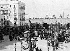 Un día en la Plaza de San Juan de Dios antes del derribo de la Murallas Real y Puerta del Mar que tuvo lugar en marzo de 1906.