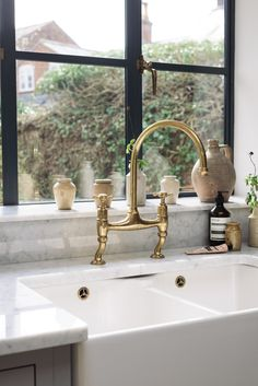 Kitchen Sinks Ideas Carrara marble worktops, a lovely big Belfast sink and our favourite deVOL Aged Brass taps make for a pretty lovely sink area. Belfast Sink, Devol Kitchens, Vintage House, Vintage Kitchen, Brass Kitchen Faucet, Devol, Marble Worktops, Brass Kitchen, Kitchen Design