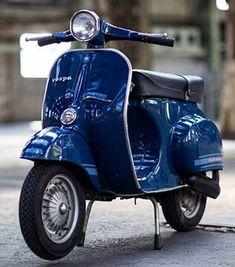 Fotos einer Vespa Primavera ET3 in der Originallackierung Blu Marine P8/9 PIA 5659. Mehr Bilder und Informationen zu dieser Vespa hier: ve8pa.ch