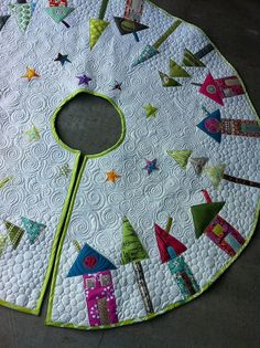 Rafaelian Rafaelian Phillips Schade Ericson Pugmire - I really love the quilting on this tree skirt. Christmas Sewing, Noel Christmas, Christmas Projects, Holiday Crafts, Christmas Stockings, Christmas Quilting, Quilting Projects, Quilting Designs, Sewing Projects