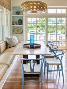 House of Turquoise: Willey Design **Colored wishbone chairs in dining nook with… House Of Turquoise, Dining Nook, Dining Room Design, Dining Bench, Table Bench, Dining Tables, Outdoor Dining, Eclectic Kitchen, Kitchen Interior