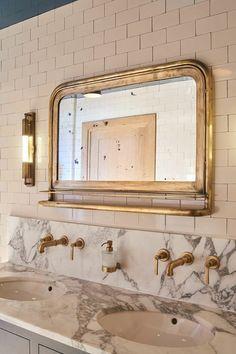miroirs salle de bain lumineux en métal cuivré d'inspiration classique deux lavabos effet marbré