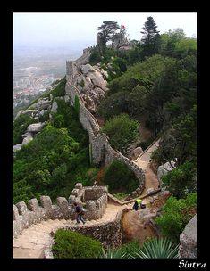Castelo dos Mouros  O Castelo dos Mouros está acima da cidade Português de Sintra.