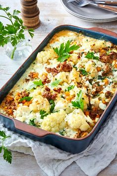 Blumenkohl-Hack-Auflauf Cauliflower mince bake - this one will love the whole family! Healthy Dinner Recipes, Vegetarian Recipes, Beef Recipes, Chicken Recipes, Curry Coco, Cena Keto, Plats Healthy, Carne Picada, Cauliflower Recipes