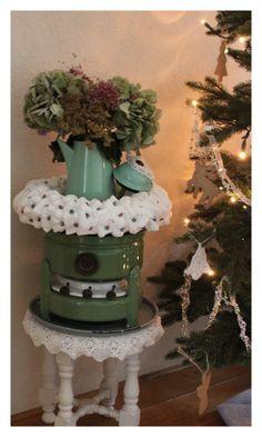 Kerstkrans van watten en spelden en kralen