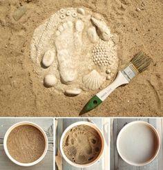 Maak met gips en zand een afdruk met schelpjes en je hand of voet . Ook leuk om een schilderij te maken van alleen de voeten. Eerst afdruk in zand maken, dan haarlak erover spuiten zodat de zandkorrels beter aan elkaar blijven hechten en dan gips erin gieten.