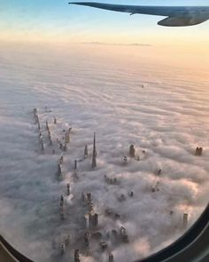The towers of Dubai reach just above the clouds Voyage Dubai, Dubai Skyscraper, Dubai Travel, Above The Clouds, Marketing Digital, Beautiful World, Trip Planning, Airplane View, Travel Photography