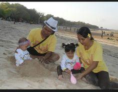 Foto kiriman Adis Tya, Walo cm main pasir pake centong tapi anak2 kami bahagia dan ceria. #FotoKeluargaEMCO
