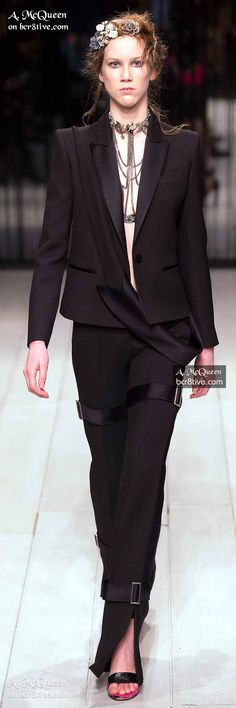 Alexander McQueen's vision was unequaled but his brand carries on impressively. For this can be credited to the talent of Sarah Burton. Alexander Macqueen, Mcq Alexander Mcqueen, Runway Fashion Looks, Pantsuits For Women, Stylish Outfits, Ready To Wear, Womens Fashion, Fashion 2016, High Fashion